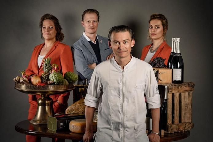 Chefkok Sven Uijttewaal (voor), gastvrouw Geertje Klijn (links), sommelier Lars Uijttewaal en partner Rowie Hermes van het nieuwe restaurant Uijttewaal in Breda.