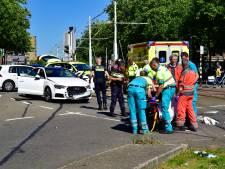 Scooterrijder ernstig gewond na botsing met auto op Schiekade
