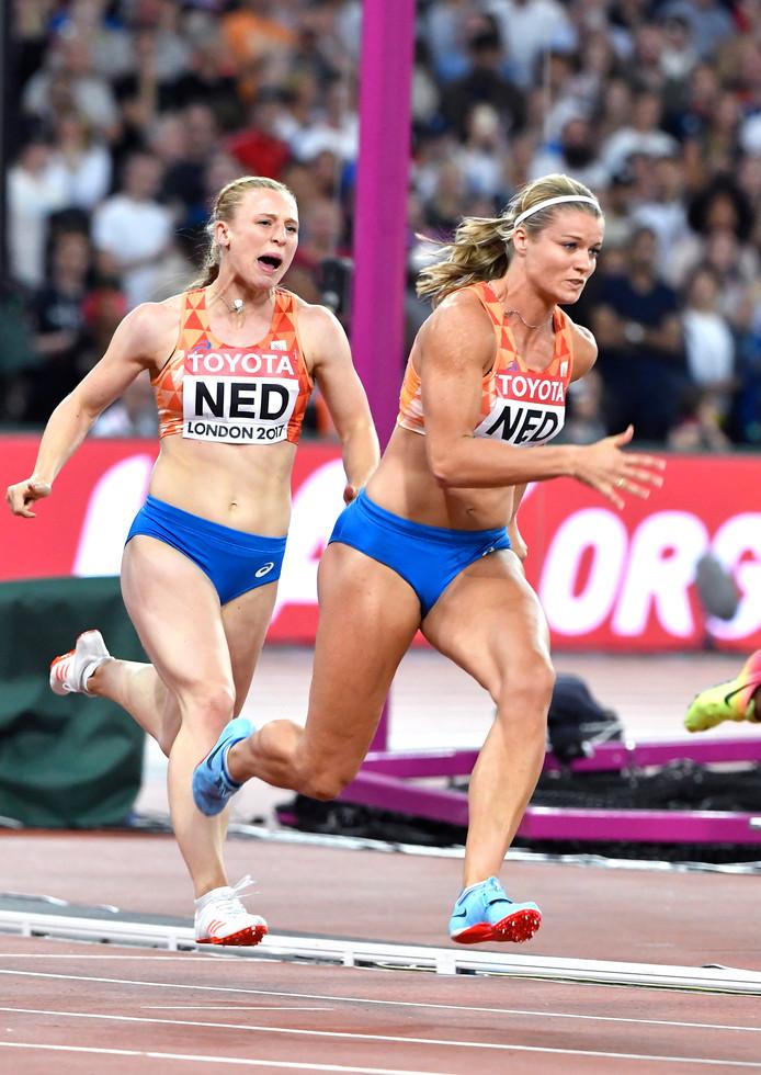 Bij de 4x100 meter neemt Dafne Schippers het estafettestokje over van Tessa van Schagen.