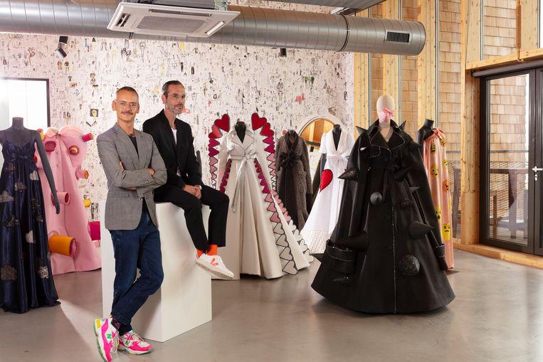 Viktor (rechts) & Rolf (links) omringd door hun meest recente couturecollectie 'Change' Beeld Jaap Scheeren