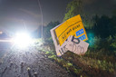 Bij het ongeluk reed de bestuurder eerst tegen een aanwijzingsbord.