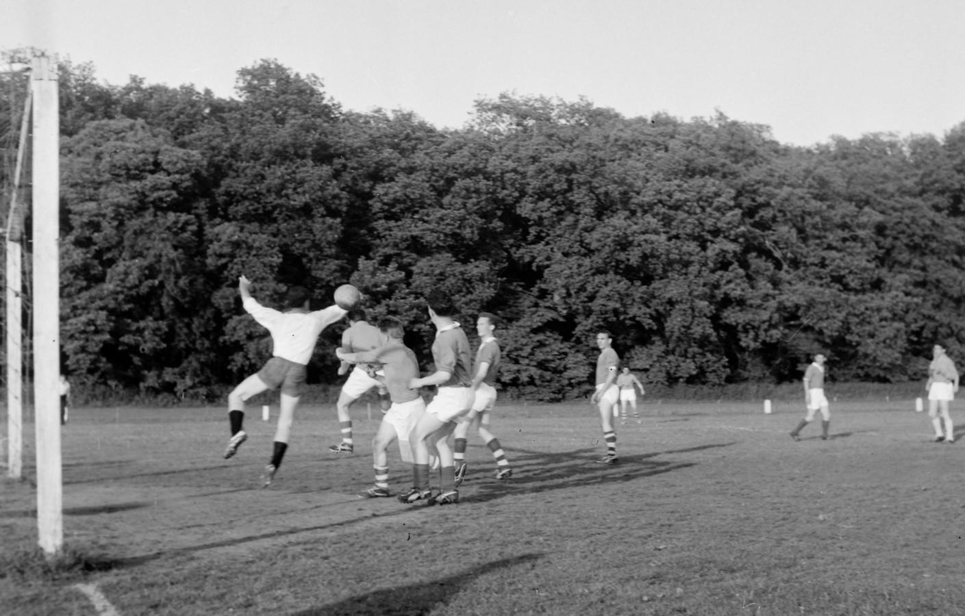 Voetbalwedstrijd PVV - ELI in Helmond op 13 juni 1963