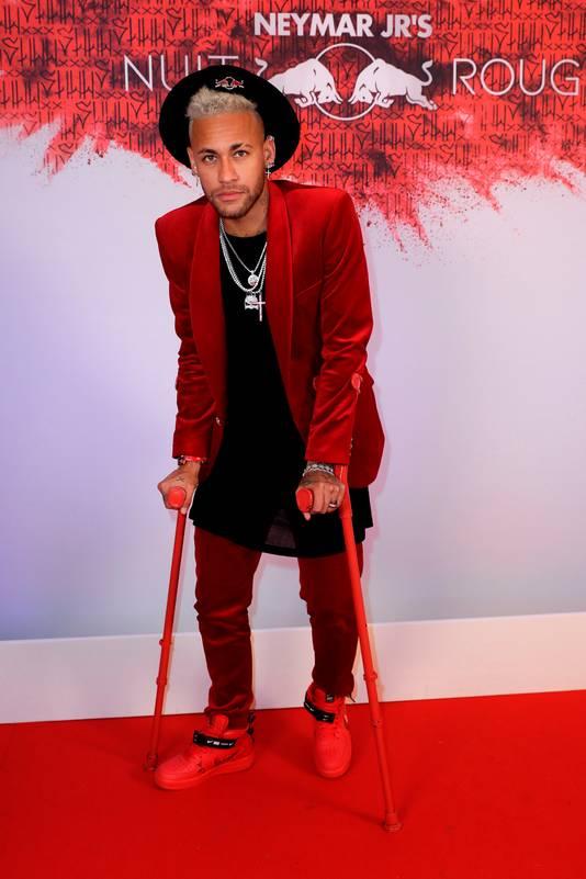 Neymar moest zich vorige week tijdens zijn verjaardagsfeest nog op krukken verplaatsen.