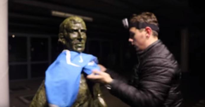 Het beeld van Coen Moulijn krijgt een PSV-shirt aan.