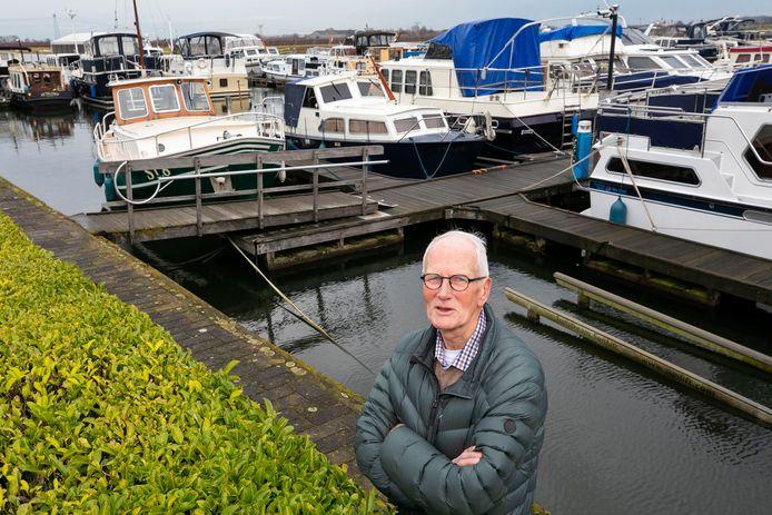 """Tjeu de Meijer, voorzitter van Watersportvereniging Waalwijk op de nieuwe stek in jachthaven Scharloo in Waspik. ,,De haven ligt er prachtig bij. Maar we gaan het nog wel aanpassen zodat het helemaal naar onze wens is."""""""