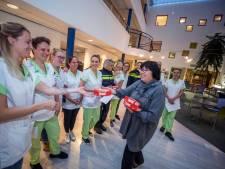 De Bilt deelt chocolaatjes uit aan zorgpersoneel en wijkagenten als hart onder de riem