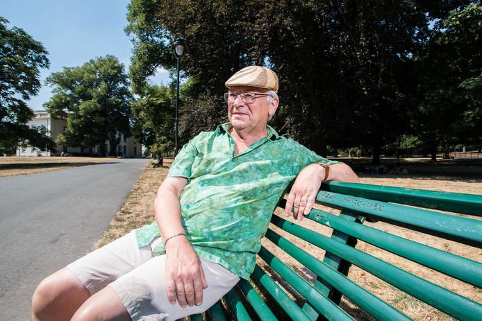 Paul Wijtvliet op zijn eigen bank in park Sonsbeek in Arnhem. Foto: Rolf Hensel.
