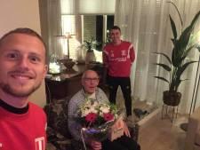 DVOL-selectie verrast vaste supporters van Lentse voetbalclub met bezoek aan huis: 'Sommigen werden emotioneel'