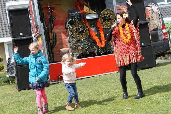 Zingen en dansen op de Oranjemarkt in Veldhoven.
