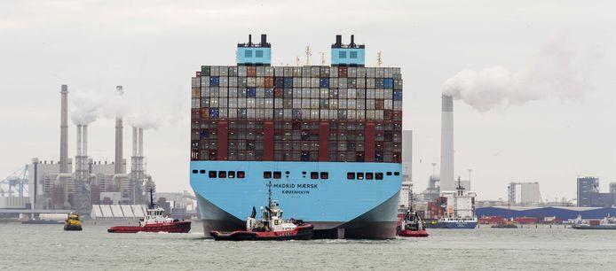 Containerschip Madrid Maersk van de Deense rederij Maersk Line komt aan in de Rotterdamse haven. Het aanmeren en ook het vertrek van deze grote schepen zijn complexe operaties. Er zijn veel verschillende havendienstverleners bij betrokken, zoals slepers, roeiers en loodsen.