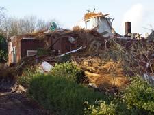 Deze puinhoop blijft achter na de verwoestende brand in Neede