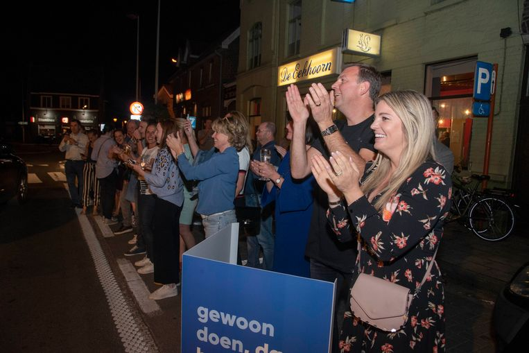 Eveline Hoste viert op het overwinningsfeest van Open Vld in Destelbergen.