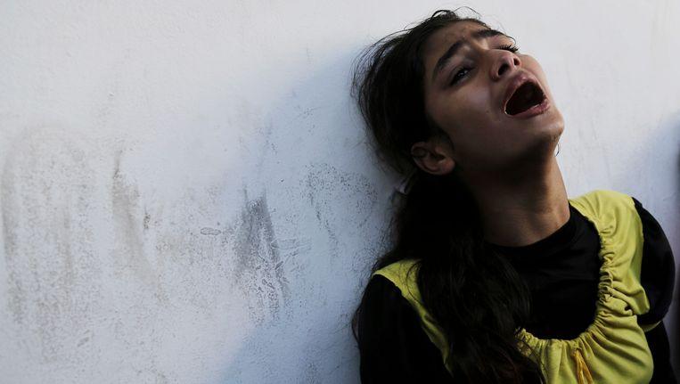 Een Palestijnse nabestaande van de slachtoffers bij de VN-school. Beeld AP