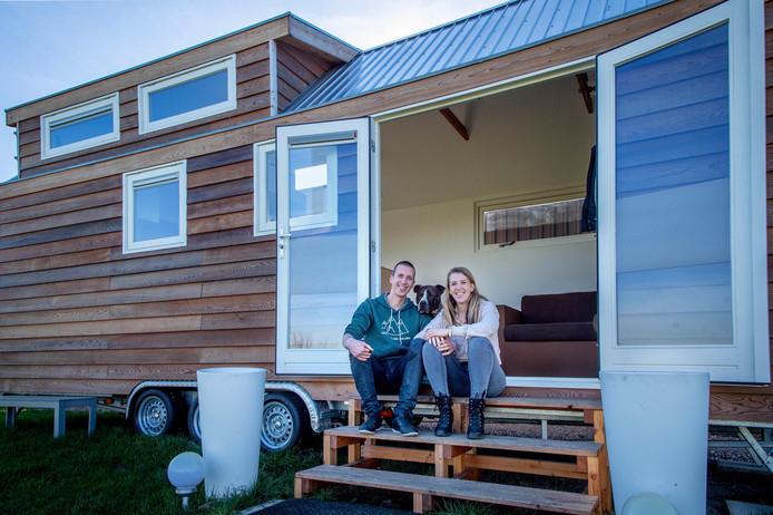Bram en Melanie Verheijen in hun tiny house-op-wielen, dat voorlopig geparkeerd staat in Winssen.