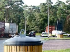 Politie en douane onderzoeken vrachtwagen langs A28 bij Wezep op aanwezigheid verdovende middelen