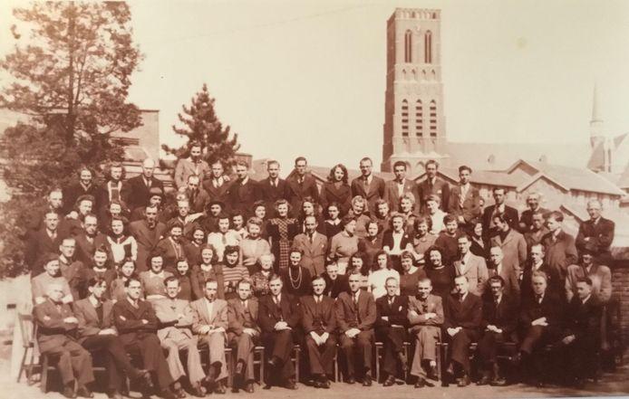 De medewerkers van de Distributiedienst in Oss bijeen op de binnenplaats van de Philipsfabriek, waar hun kantoor was. (1945)