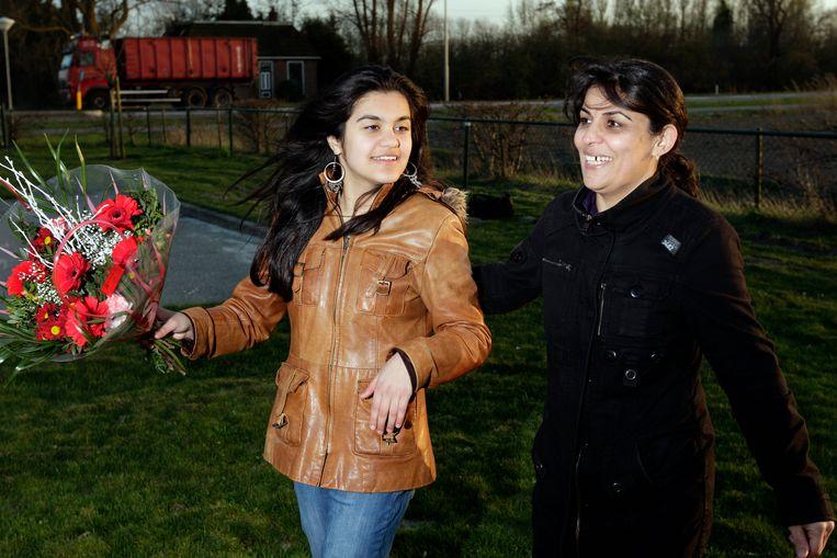 Een foto van 7-4-2011. Hbrahim Ghel Sahar (L) viert in Sint Annaparochie feest samen met haar moeder Faridah (R). Eerder op de dag kreeg ze van minister Leers (Immigratie en Asiel) te horen dat ze in Nederland mag blijven.  Beeld ANP