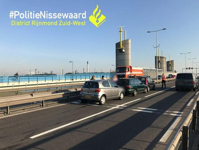 Door de invoeger botsten drie auto's op de Hartelbrug.
