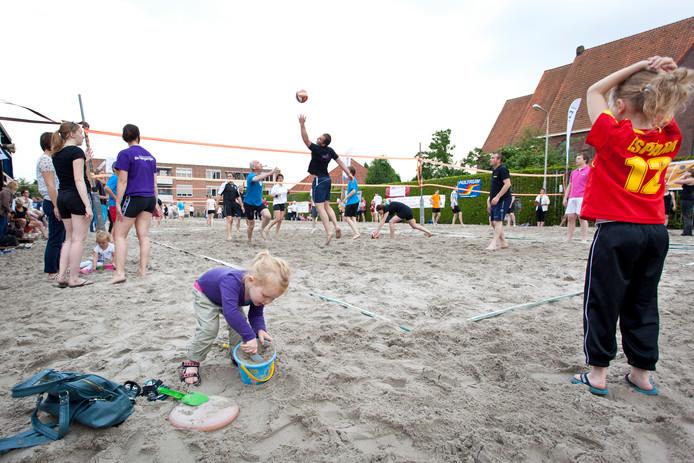 Foto van een eerdere editie van het beachvolleybaltoernooi in Enter