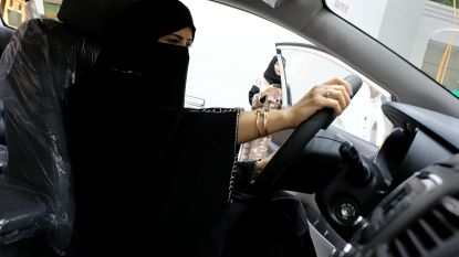 """Saoedische kroonprins: """"Vrouw hoeft geen lang zwart gewaad meer te dragen"""""""
