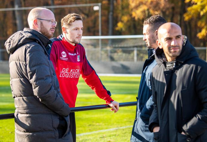 Remco Oversier (l) bij het trainingsveld van NEC.