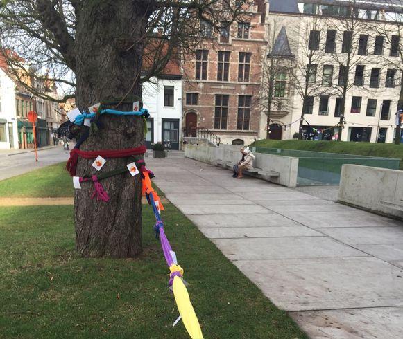 De bomen zijn versierd met sjaals en kerstboodschappen.