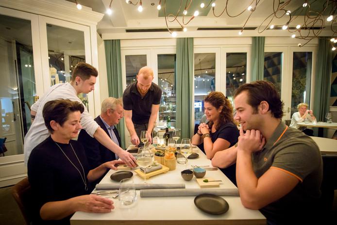 De gerechten verschijnen op tafel in restaurant De Rozario.
