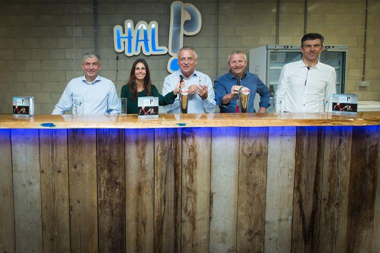 Burgemeester Patrick Dewael en schepenen Guy Schiepers, An Christiaens, Patrick Jans en Gerard Stassen proberen de nieuwe toog uit en stellen de herstelbare beker voor die voortaan gebruikt wordt in de fuifzaal van Hal P.