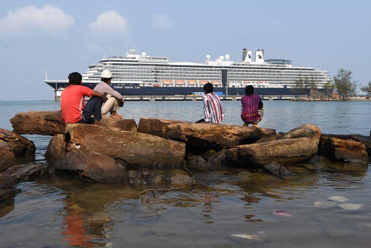 Het cruiseschip, waar een 83-jarige Amerikaanse besmet was geraakt met het coronavirus, mocht nergens aanmeren, behalve in Cambodja.