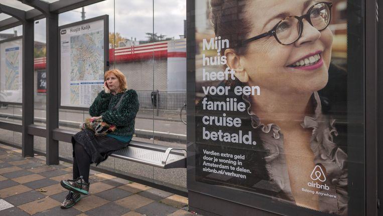 Deze week is Airbnb een campagne begonnen om meer verhuurders binnen te halen, onder meer met affiches in abri's Beeld Rink Hof