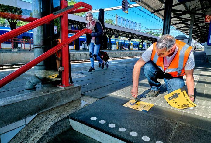 Station Dordrecht is woensdag een beetje coronaproof gemaakt, maar de reiziger blijft zelf verantwoordelijk.