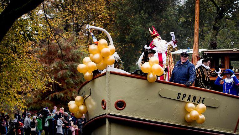 Sinterklaas op de boot tijdens de intocht in Amsterdam Beeld anp