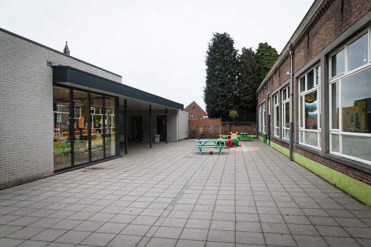 De speelplaats ven de Sint-Laurensschool met links het al gerenoveerde gedeelte.