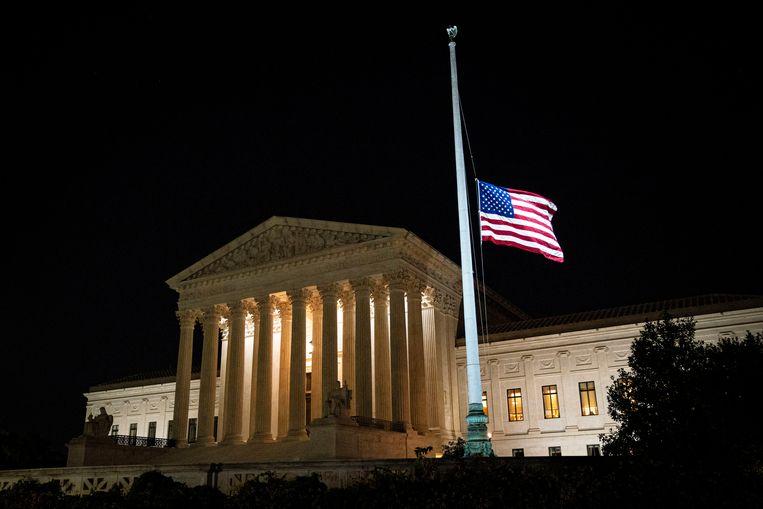 De Amerikaanse vlag voor het gebouw van het hooggerechtshof hangt halfstok. Beeld REUTERS