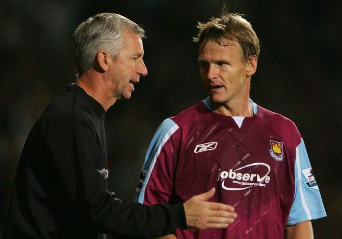Teddy Sheringham (40) in overleg met West Ham United-manager Alan Pardew op 29 oktober 2006.