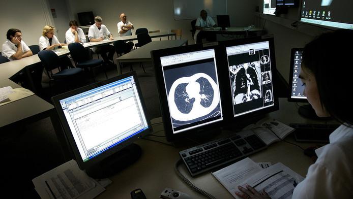 In het Antoni van Leeuwenhoek Ziekenhuis is men gespecialiseerd in de behandeling van kanker. Artsen overleggen regelmatig met elkaar welke behandelmethode het beste is voor de patient.