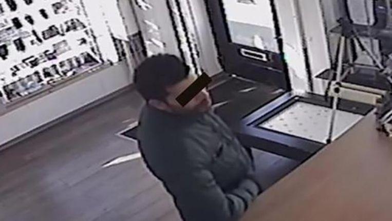Mustafa A. werd uiteindelijk herkend als de man die een telefoon verkocht die hij van zijn tweede slachtoffer had gestolen.