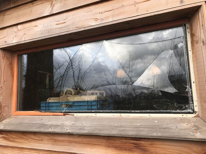 Een ingeslagen raam in de Ommuurde Tuin in Renkum.