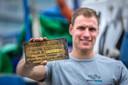 Ben Oortwijn laat trots het begin zien van de legpuzzel waarmee hij een meer dan 100 jaar oud schip identificeerde.