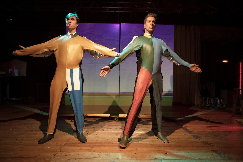 De Modern Art Revue met Steef de Jong en Alex Klaassen: 'een doldwaze maar soms ook bloedserieuze én educatieve mix van show, revue, toneel en cabaret'. Beeld Tim Stet