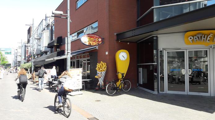De Pathé-bioscoop in de Dommelstraat in Eindhoven met links Jim's Food Factory. De rechter bepaalt eind mei of de zaak dicht moet.