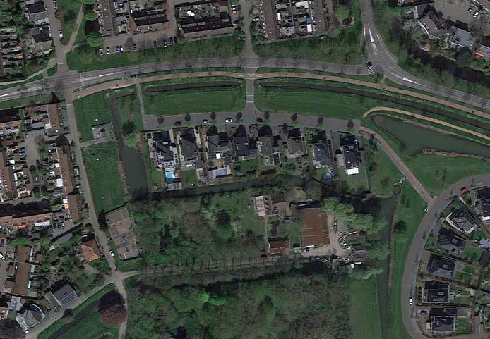 Aan de Lingsesdijk ligt het perceel waarop de nieuwbouw is gepland. Er staat nu een bedrijfswoning en bedrijfsgebouwen.