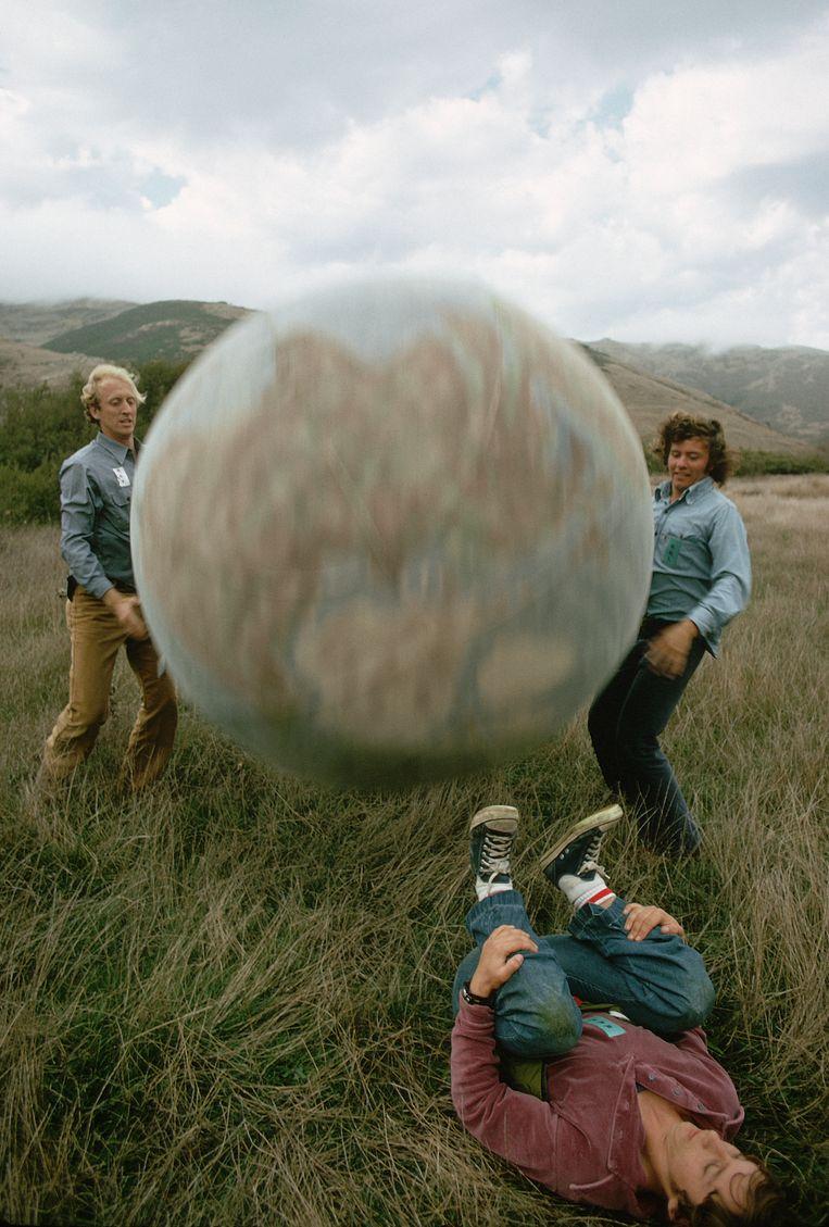 Stewart Brand (links) en gezelschap met de Earth Ball tijdens The New Games, een door Brand georganiseerd evenement. Beeld Corbis / Getty Images