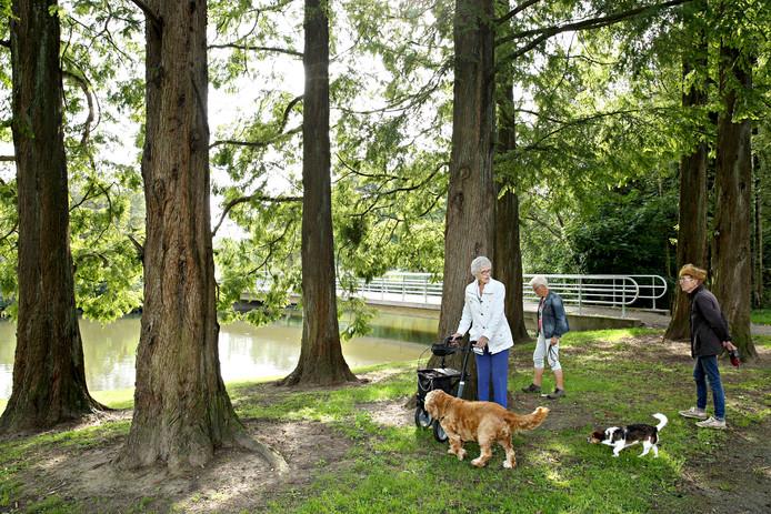 Park de Twee Heuvels is een oase van rust in druk IJsselmonde. Bewoners zijn bang dat dit niet zo blijft.