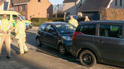 Chauffeur is verblind door zon en knalt tegen geparkeerde auto
