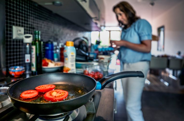 Een anti-aanbak pan in de keuken.  Beeld Raymond Rutting / de Volkskrant
