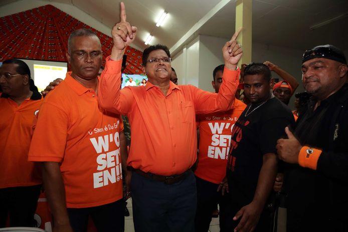 Oppositieleider Chan Santokhi van de VHP viert de zetelwinst in het partijcentrum.