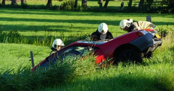 Bestuurder belandt na aanrijding in sloot in Rouveen en raakt gewond.