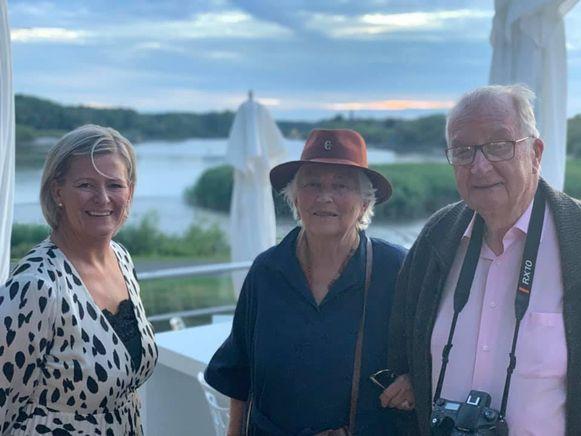 Annick Gevers met koningin Paola en koning Albert op het terras aan de Schelde.