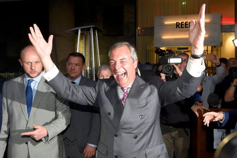 Voormalig UKIP-voorzitter en grote brexitaanstoker Nigel Farage juicht op een Leave.EU-feestje na het sluiten van de kiesstations op de dag van het brexitreferendum in 2016.